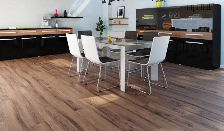 ořechová laminátová podlaha do kuchyně