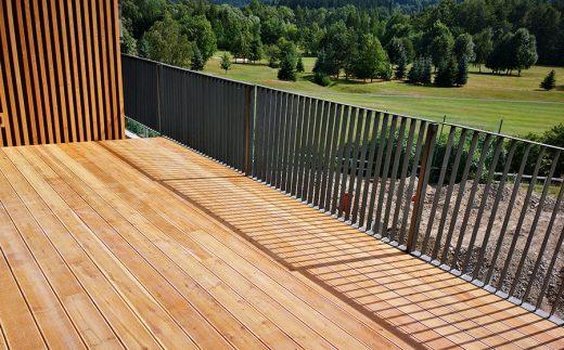 Dřevěné terasy poskytují veškeré potřebné pohodlí